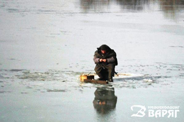 рыбак дрейфовал по реке на льдине