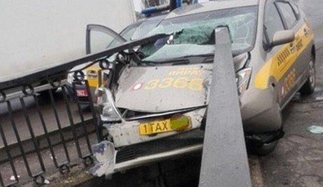 В Бресте такси службы «Пират» «прошило» перилами моста