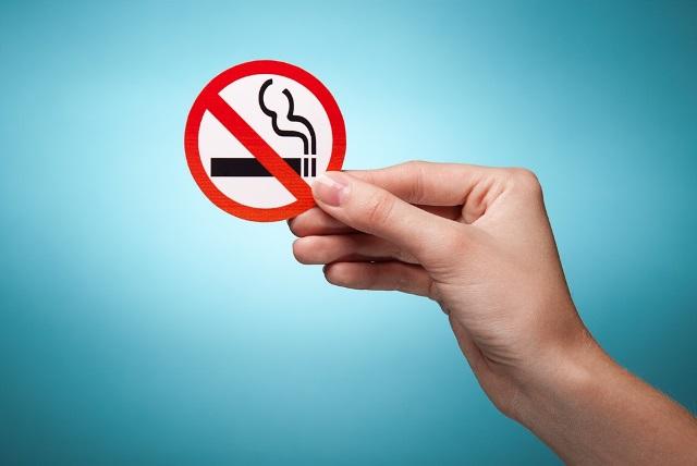 В Беларуси запретят курить на остановках, пляжах и в лифтах