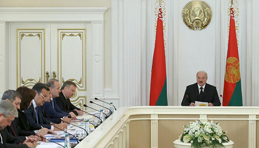 Президент Беларуси Александр Лукашенко заявил, что в экономике правительство «пассивно плывет по течению».