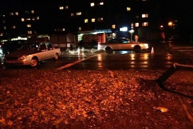 ВПинске автомобиль снёс фонарный столб