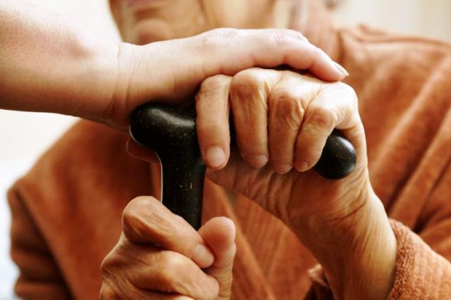 в отношении пожилых людей - фото