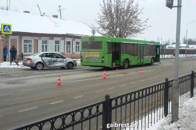 ВПинске автобус сбил женщину напереходе иврезался в VW