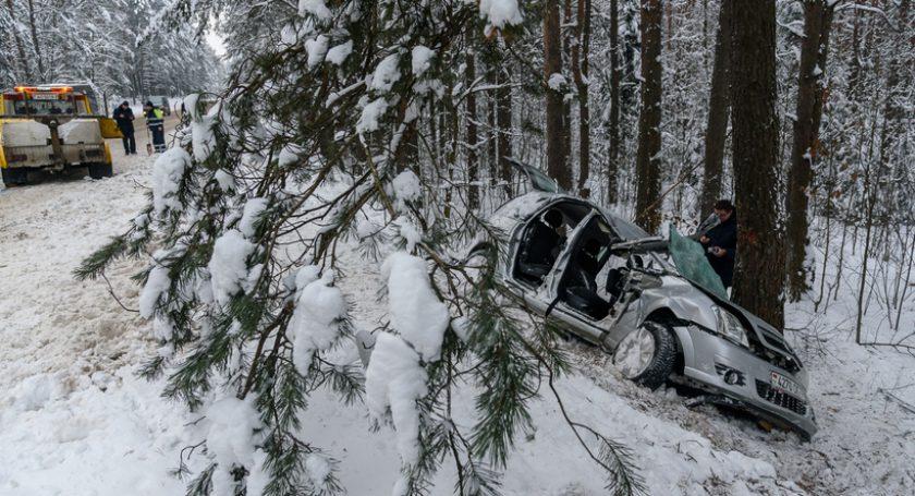 Опель вылетел вкювет иврезался вдерево: женщина-водитель погибла