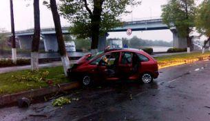 ДТП в Пинске: автомобиль врезался в дерево на набережной
