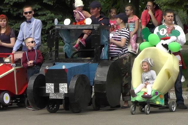 В преддверии Дня защиты детей 27 мая в Пинске состоялось уже третье по счету карнавальное семейное шоу «Парад колясок-2017»