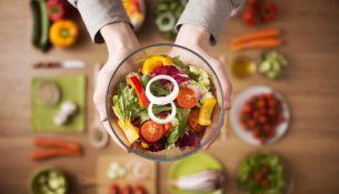Диетологи рассказали, как правильно питаться в летнюю жару