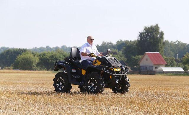 Лукашенко приехал вполе наквадроцикле ипроинспектировал жатву скомбайна