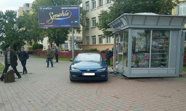 Наулице Чкалова Пежо выехал наостановку исбил женщину