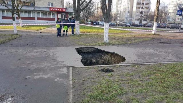 4-метровая яма на тротуаре по ул. Первомайской в Пинске