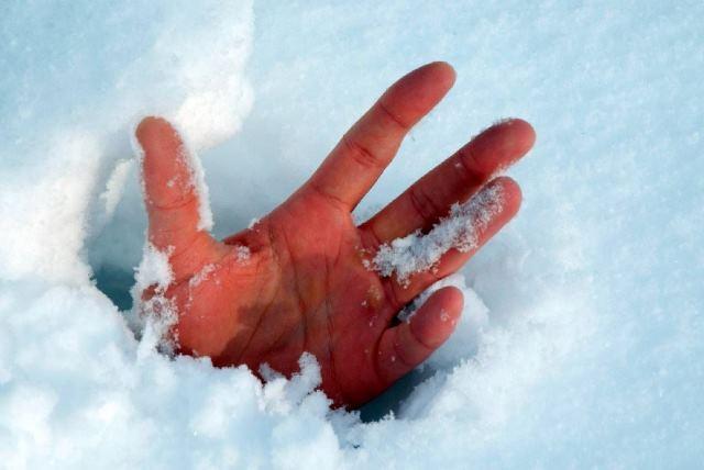 Женщина замерзла на крыльце дома у подруги - фото