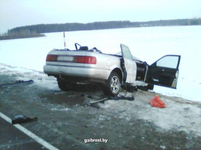 Audi лоб в лоб влетел в МАЗ - фото