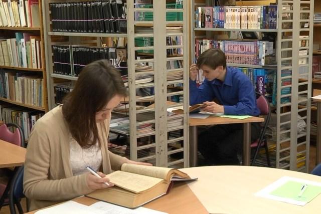 В центральной городской библиотеке Пинска состоялся ежегодный конкурс «Юный поэт и переводчик» - фото.