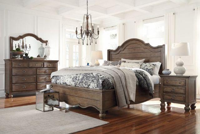 Люстра в спальню в классическом интерьере - фото