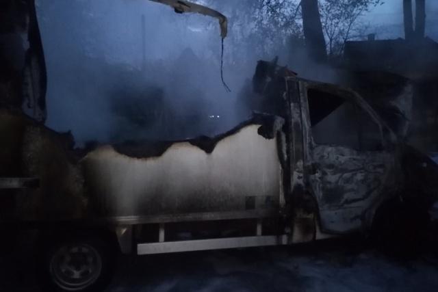 Сгоревший грузовик - фото