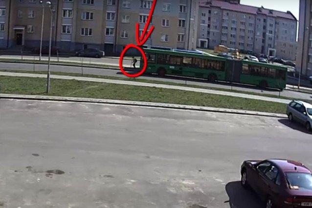 выбежал из-за автобуса прямо под колеса - фото