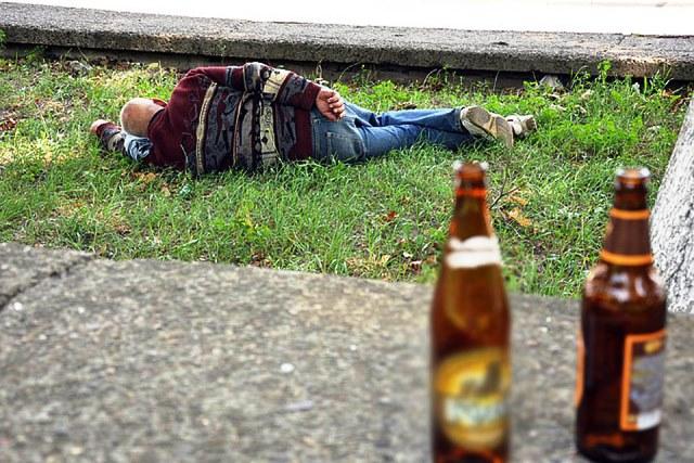 #ЦветНастроенияСиний: в Пинске мужчину избили за 2 бутылки пива и упаковку кальмаров - фото