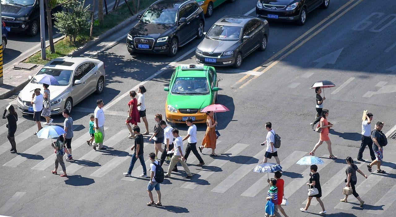 В Китае роботы борются с пешеходами-нарушителями ПДД - фото