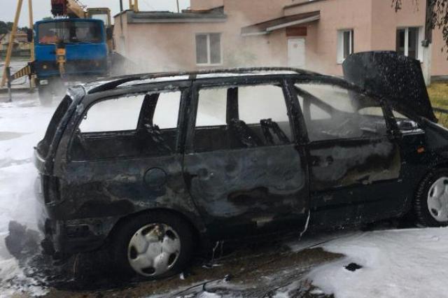 Сгоревший автомобиль - фото