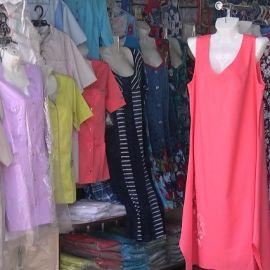 Одежда на рынке - фото