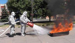 Спасатели тушат пожар - фото