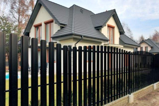 Металлический забор - современное решение - фото