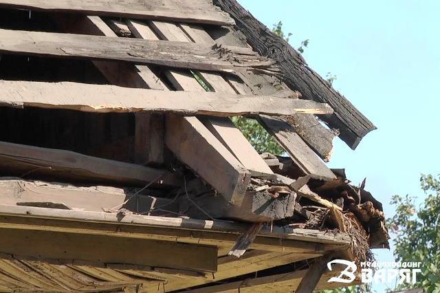 В Пинске фура снесла часть крыши частного дома - фото