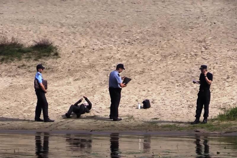 В Пинске из реки достали труп 17-летнего парня - фото