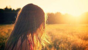 Девушка на солнце - фото