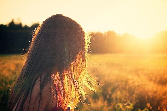 Девушка на солнце, два бабьих лета - фото