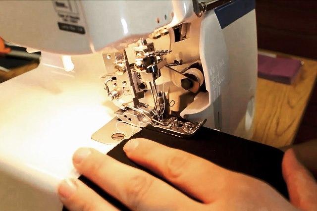 Как заправить нитки в промышленный оверлок  - фото