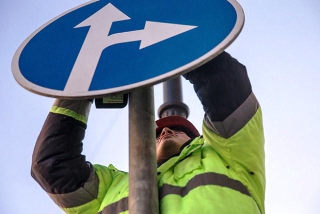 Кто устанавливает дорожные знаки - фото
