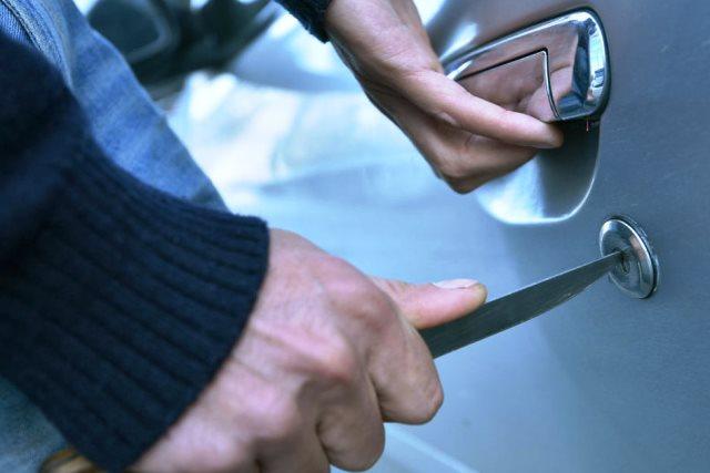 Серию краж из автомобилей раскрыли в Пинске - фото