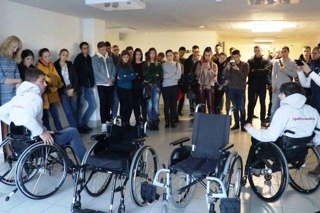 Инвалиды-колясочники - фото