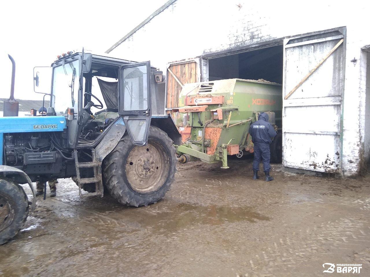 трактор наехал на водителя - фото