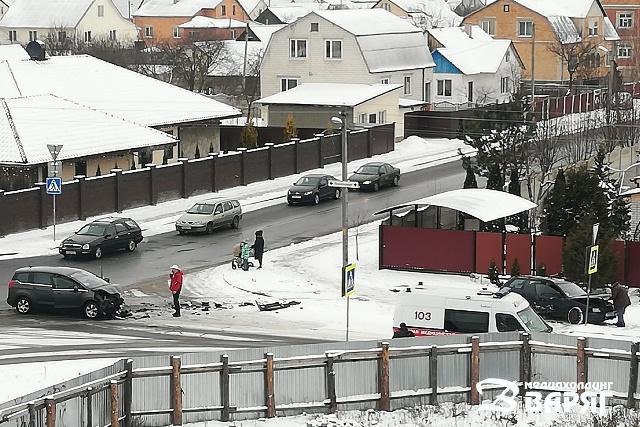 ДТП в Пинске: на перекрестке в Радужном столкнулись 2 легковушки - фото