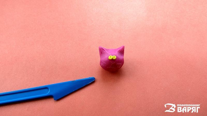 Идеи подарка на 14 февраля: котик-валентинка из пластилина - фото