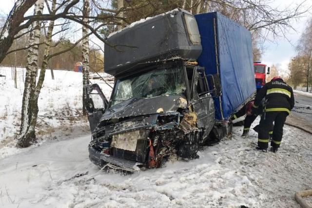 Жесткое лобовое ДТП в Пинске: пострадавших деблокировали сотрудники МЧС - фото