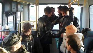 Пьяный пассажир угрожал водителю автобуса и милиционеру: последний применил оружие - фото