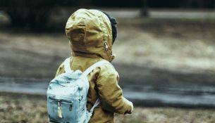 погибла, зацепившись рюкзаком за забор - фото