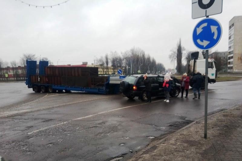 В Пинске у МАЗа на ходу оторвался полуприцеп и врезался в легковушку - фото