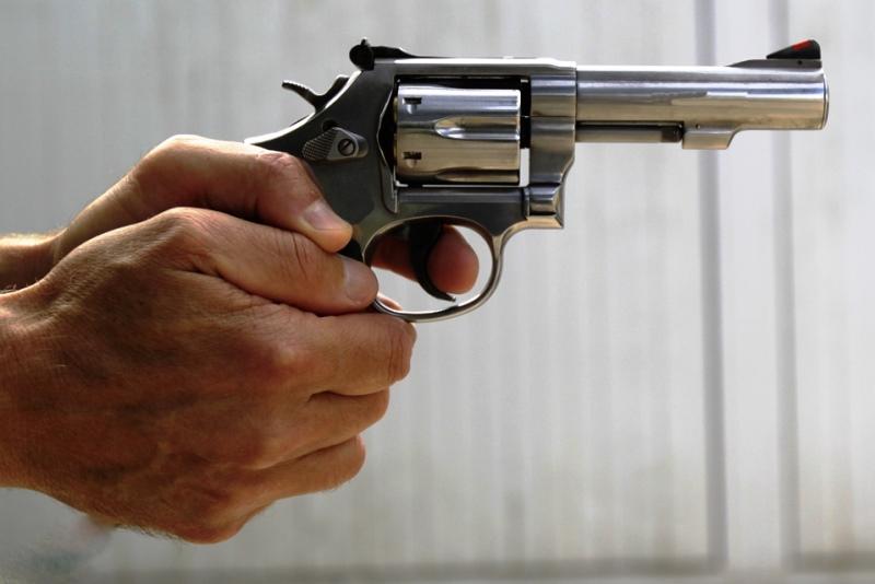 угрожал пистолетом одному из покупателей - фото