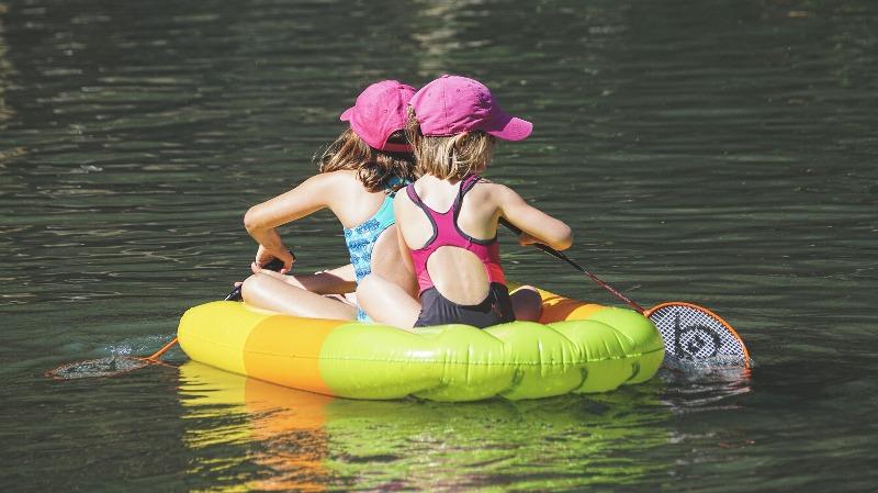 Дети плавают - фото