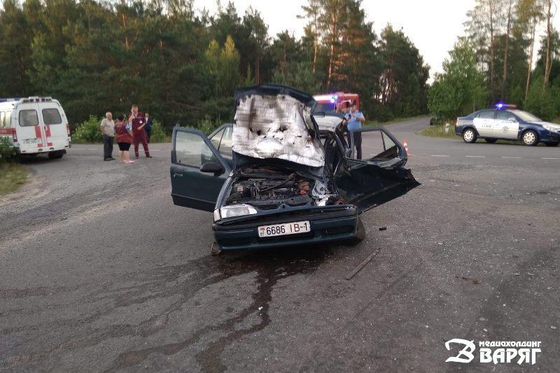 ДТП в Пинском районе: столкнулись легковушка и автобус - водителя Renault деблокировали спасатели - фото