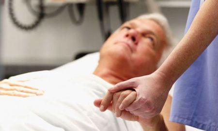 Как правильно ухаживать за лежачими больными? - фото