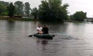 Последствия ливня в Пинске: машины тонули, люди плавали на лодке - фото