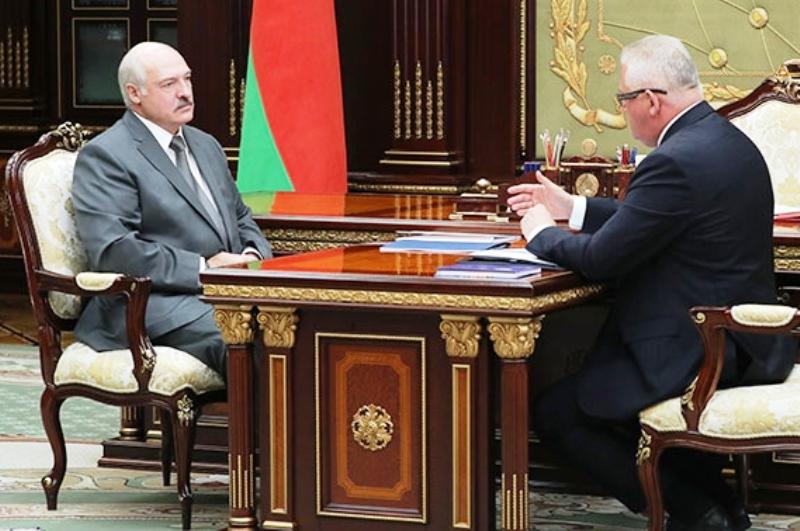 Лукашенко потребовал одеть всех детей к школе «прилично» - фото