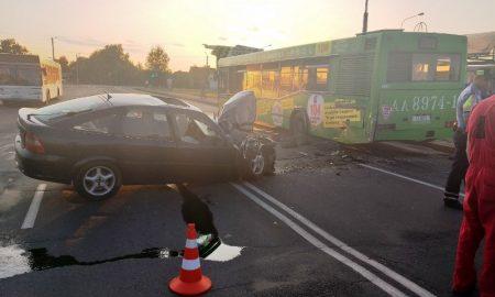 пьяный водитель на «Опеле» врезался в автобус с пассажирами - фото