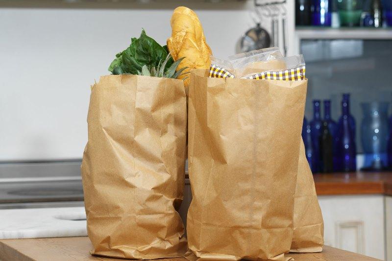 МАРТ обязал магазины продавать пакеты и посуду из бумаги - фото