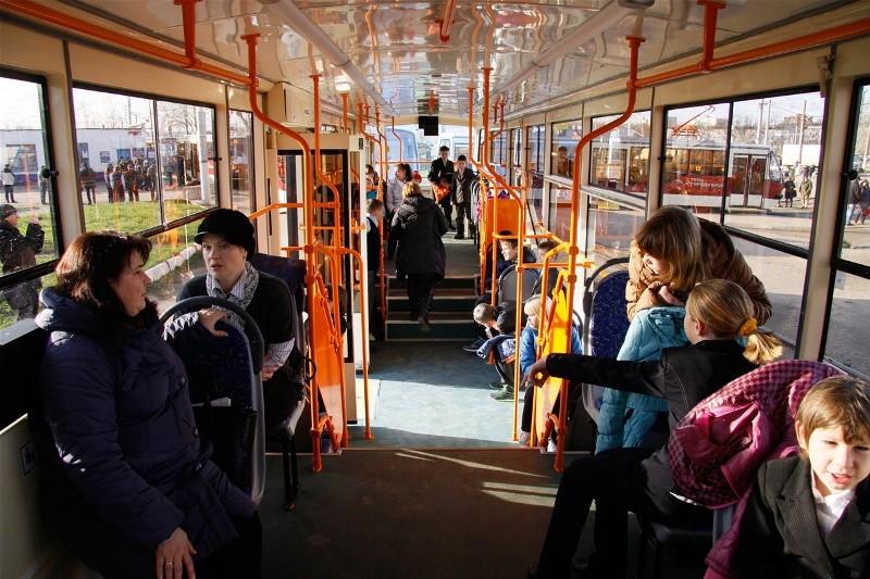 В Беларуси могут запретить звуковую рекламу в общественном транспорте - фото